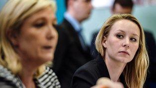 Od pohledu vcelku nenápadná mladá dáma, ve skutečnosti je Marion Maréchalová-Le Penová ostrá jako břitva