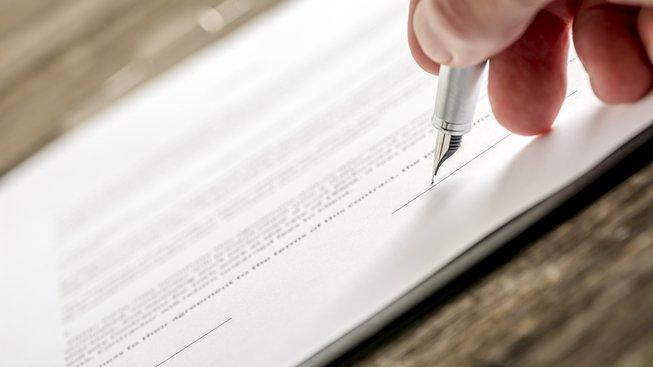 Také vám vadí složité smlouvy? Na jaké triky si dát největší pozor?