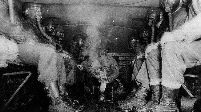 Druhá světová válka (1939-1945). Americká protichemická jednotka testující plynové masky ve Francii