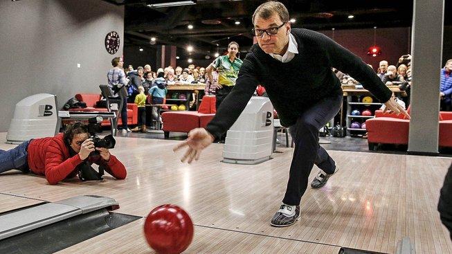 Finský premiér Juha Sipilä si rád zahraje i bowling