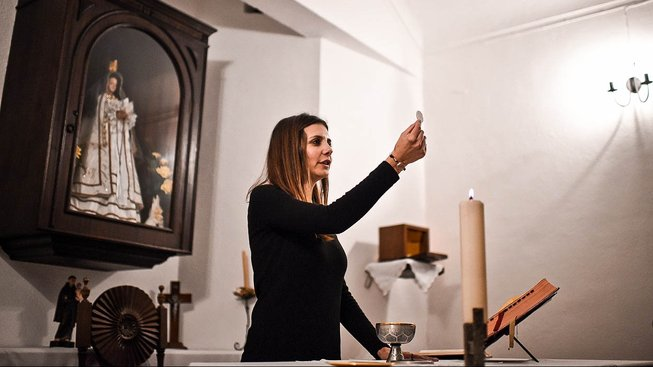 Claudia Rocha během bohoslužby
