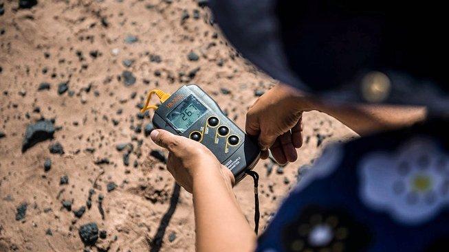 Cristiana Doradordová čte údaje z termočlánkového teploměru při výzkumu v poušti Atacama