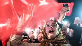 Turci oslavují výsledky referenda