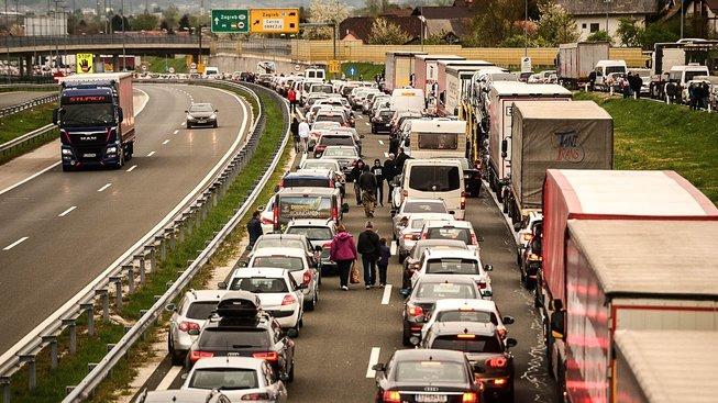Nekonečné fronty na chorvatsko-slovinském hraničním přechodu Bregana-Obrežje