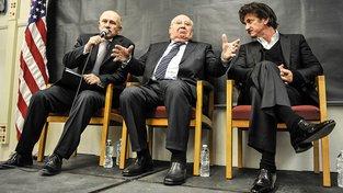Michail Gorbačov (uprostřed) s překladatelem (vlevo) a hercem Seanem Penem v Chicagu na summitu nositelů Nobelovy ceny za mír