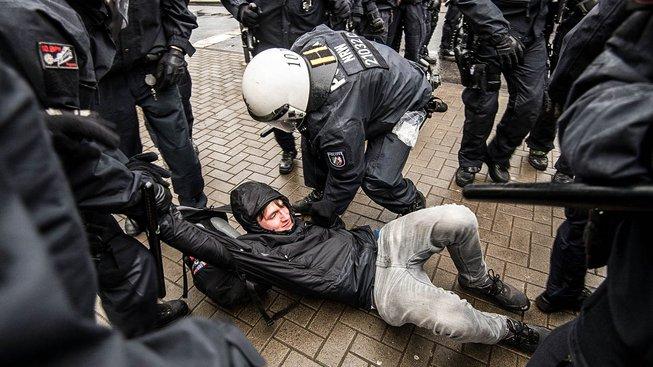 Sjezd strany AfD v Kolíně nad Rýnem provázejí nepokoje