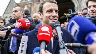Macron v obležení novinářů
