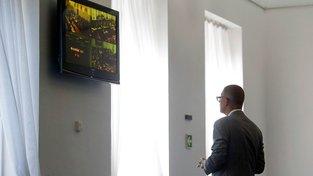 Andrej Babiš sleduje hlasování sněmovny v předsálí jednacího sálu