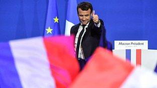 Emmanuel Macron slaví své vítězství v prvním kole francouzských prezidentských voleb