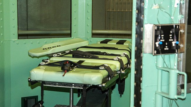 Tak vypadají lůžka, na kterých se ve Spojených státech provádí popravy. Na snímku je cela smrti v kalifornské věznici San Quentin