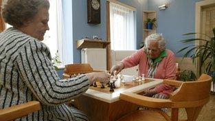 O seniory a nemocné se v Česku nemá kdo postarat