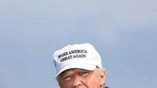Donald Trump ve své legendární kšiltovce