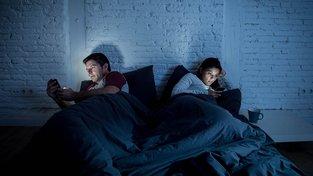 Mobily a internet přinesly do vztahů mnoho změn. Ilustrační snímek