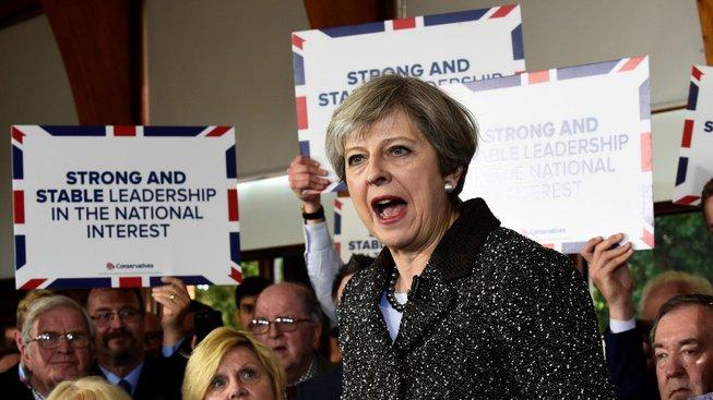 Vládnoucí konzervativci zatím vedou, nicméně jejich náskok se snížil