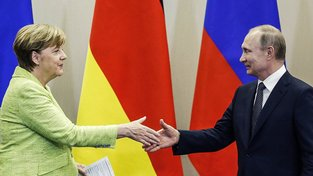 Angela Merkelová a Vladimir Putin na brífinku po schůzce v Soči