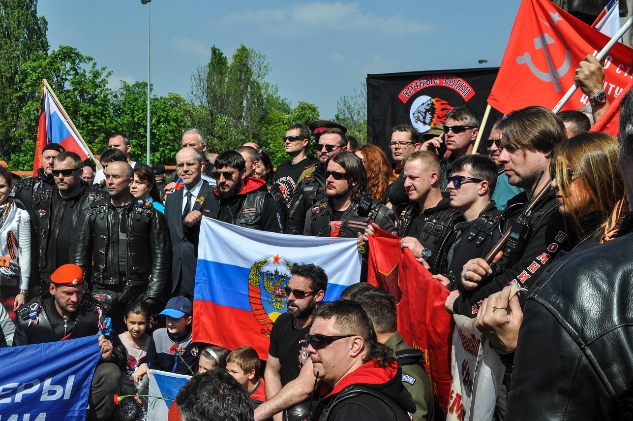 Prahu brázdili Putinovi vlci. Podívejte se, jak to vypadalo na Olšanech