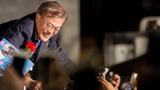 Mun Če-in se zdraví se svými příznivci