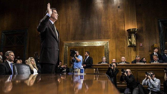 Šéf FBI (uprostřed) měl být ve funkci deset let, nyní ho však prezident Donald Trump okamžitě odvolal
