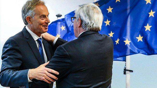 Blair v objetí s Junckerem