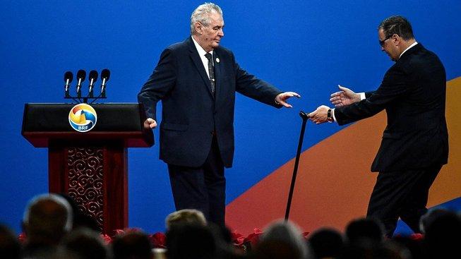 Miloš Zeman odchází od řečnického pultu na konferenci o budování Hedvábné stezky
