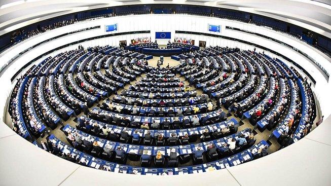 Umíte si představit stěhovat tohle celé neustále sem tam? Na snímku je plenární zasedání europarlamentu ve Štrasburku