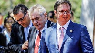 Miloš Zeman v Číně s dopomocí. Před ním je srbský premiér Aleksandar Vučić