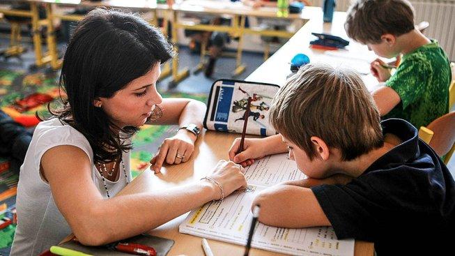 Vláda by měla učitelům na odměny poslat 404 milionů korun