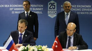 Ruský vicepremiér Arkadij Dvorkovič (vlevo) a jeho turecký protějšek Mehmet Şimşek podepsali prohlášení o zrušení zbývajících obchodních sankcí