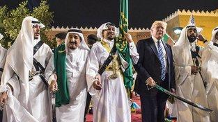 Trumpův tanec se šavlí. Saúdský král Salmán je druhý zleva