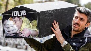 Protestující s maketou rakve po chemickém útoku v syrské oblasti Idlíb