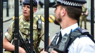 Po teroristickém útoku v Manchesteru panují v Británii přísná bezpečnostní opatření