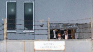 Bělobrádek vychází z hotelu Pytloun Grand Imperial po jednání se Zemanem