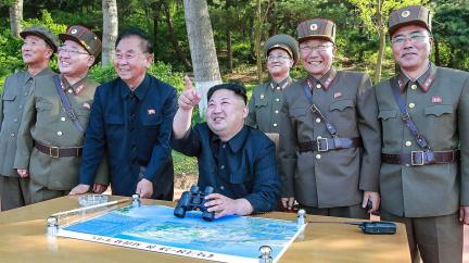 Kim vesele zkouší rakety a vysmívá se světu. Z protestů se stala rutina