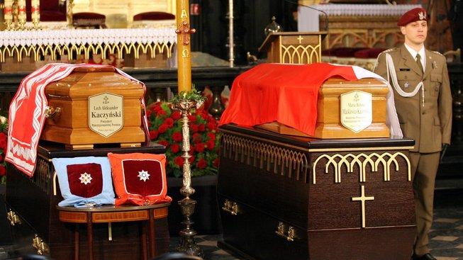 V rakvi prezidenta Lecha Kaczyńského byla při exhumaci objeveny části dalších dvou těl