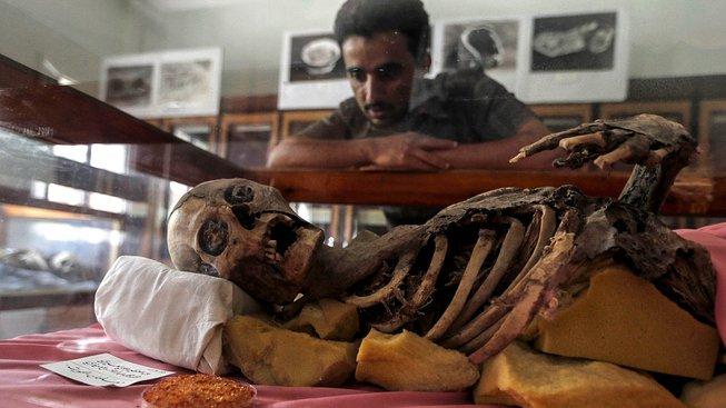 Více než dva tisíce let staré mumie bojují v jemenském hlavním městě o přežití
