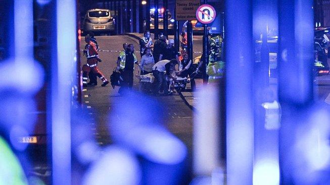 Teroristé nejprve útočili na mostě přes Temži, pak se vydali na rušné tržiště