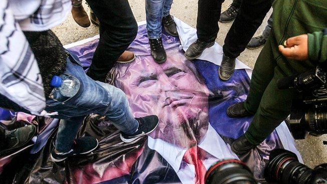 Politika amerického prezidenta Donalda Trumpa vede k solabování vůdčí role USA ve světě