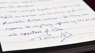 Podpis Theresy Mayové v kondolenční knize k londýnskému teroristickému útoku ze 3. června