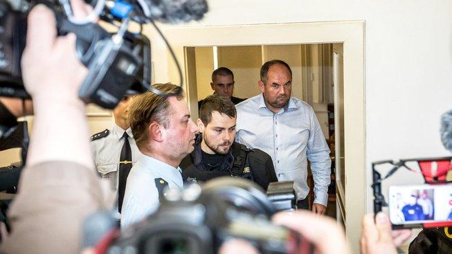 Miroslav Pelta (vpravo) ve středu zamířil z vazby na svobodu