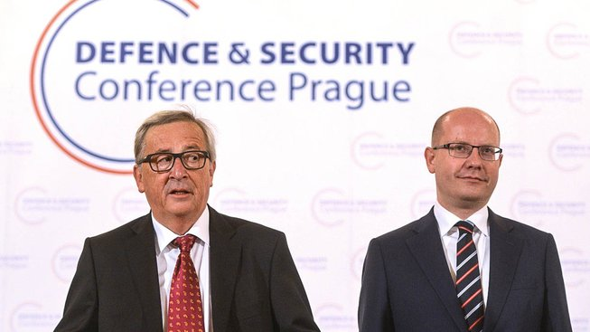 Śéf Evropské komise Jean-Claude Juncker a český premiér Bohuslav Sobotka na páteční konferenci o bezpečnosti, která se konala v Praze