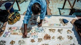 Indové ve Starém Dillí dál obchodují s bankovkami. které vláda před půl rokem zrušila