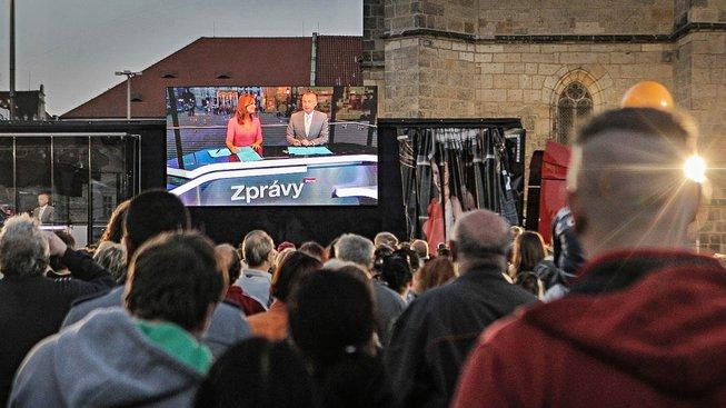 Vysílání zpráv TV Prima z náměstí Republiky v Plzni. Ilustrační snímek
