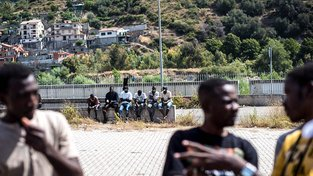 Uprchlíci ze Súdánu nedaleko tábora v italském městě Ventimiglia