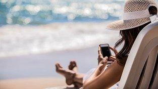 Z pláží v některých zemích už domů zavoláte bez příplatku