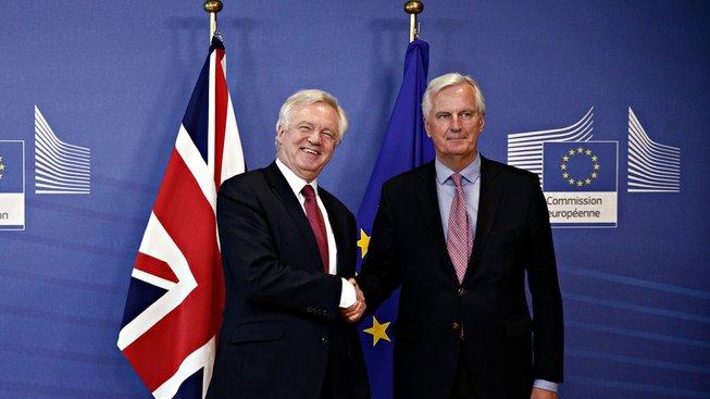 Za Velkou Británii bude jednat David Davis (vlevo), za EU Michel Barnier