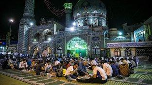 Muslimové se k jídlu dostanou během ramadánu až po setmění