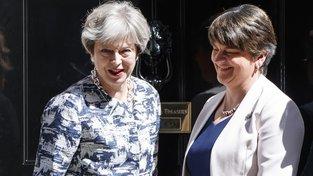 Premiérka Theresa Mayová (vlevo) a šéfka severoirských unionistů Arlene Fosterová