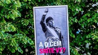 Plakát z pražské demonstrace proti Babišovi