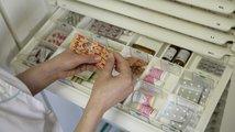 Důchodci a děti zaplatí méně za léky, na své pojištěnce dá stát miliardy navíc