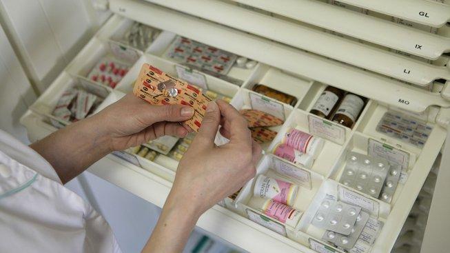 Poslanci snížili limity na doplatky za léky seniorům a dětem